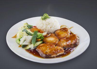 Haikky Lachsfilet in Teriyaki-Sauce, dazu gebratenes Gemüse und Basmati Reis