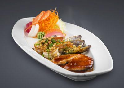 Haikky Meeresfrucht-Platte mit Miesmuscheln, King Prawns und Lachsfilet in Teriyaki Sauce
